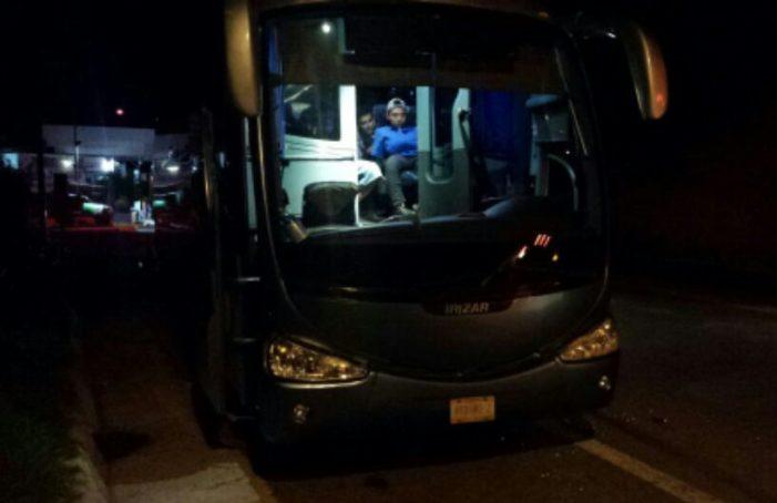 Balean autobús donde viajaban manifestantes por Ayotzinapa