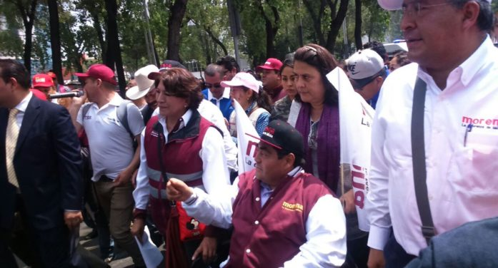 Delfina Gómez protesta en Los Pinos, Mancera envía policías para resguardar a Peña Nieto