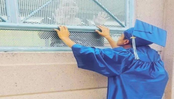 Joven de EU se gradúa y celebra en la frontera junto a su madre deportada