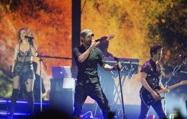 'Manos arriba, esto es un atraco', gritaron fans a Enrique Iglesias