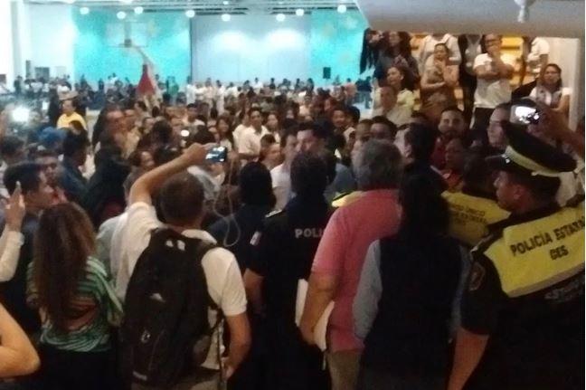 Vecinos corren, insultan y exigen renuncia de alcalde de Ecatepec (VIDEO)