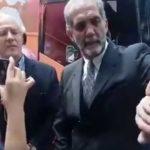 Presidente del Consejo Mexicano de la Familia le tapa la boca a mujer que lo cuestionó