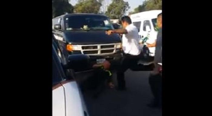 Chofer de combi golpea brutalmente a policía que apenas se defiende en Texcoco
