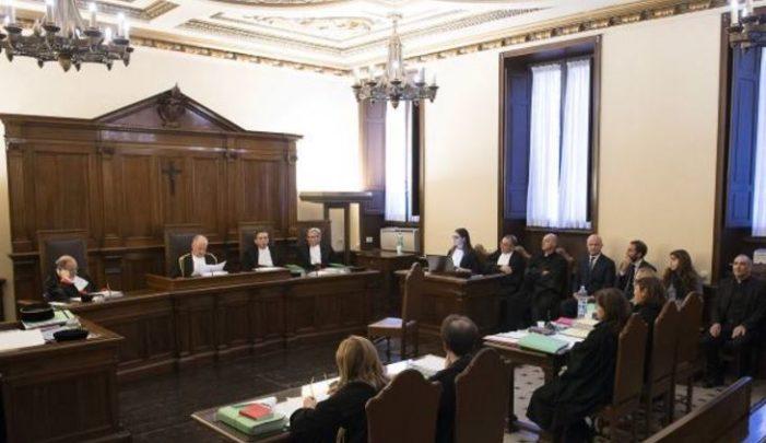 Inicia polémico juicio en el Vaticano por desvío de 422 mil euros
