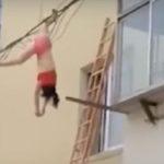 Trata de huir de la esposa de su amante y se atora en los cables (VIDEO)