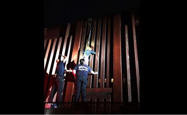Polleros abandonan a mexicana colgando de muro fronterizo de más de 4 metros