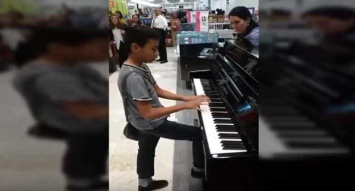 'Niño prodigio' toca el piano en una tienda y se viraliza en redes