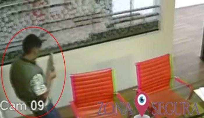 Niño pide permiso para pasar al baño y en menos de 35 segundos roba laptop (VIDEO)
