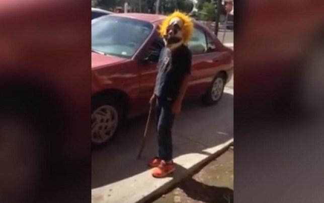 Niños armados con palos y máscaras de payaso intentan asaltar a adulto mayor (VIDEO)