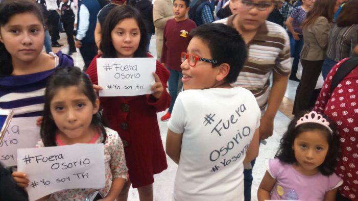 'Osorio le está haciendo daño a México', niños protestan contra el DT