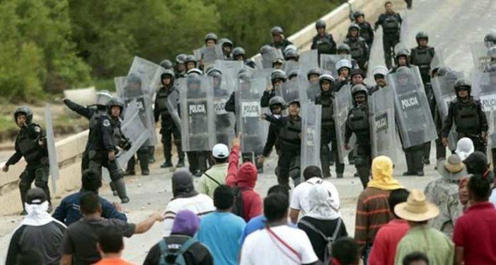 Expulsan a pedradas a policías federales que catearon viviendas sin orden judicial