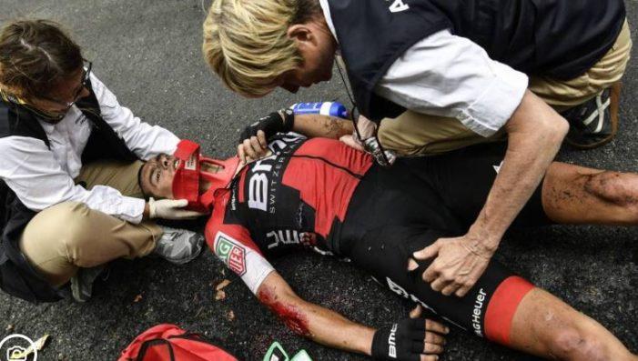 Ciclista se fractura clavícula y pelvis tras caída en el Tour de Francia (VIDEO)