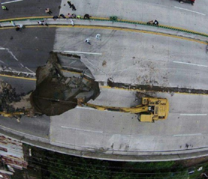 Un auto cae a socavón en Cuernavaca, hay personas atrapadas