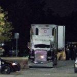 Encuentran al menos a 40 migrantes hacinados en caja de trailer en Texas