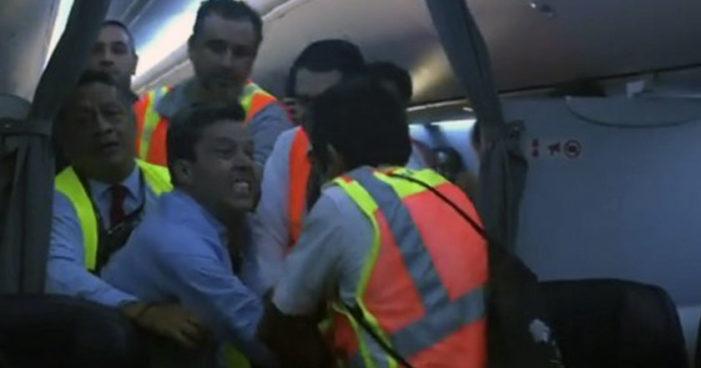 Enloquece pasajero de Aeroméxico, ataca y muerde a empleados (Video)