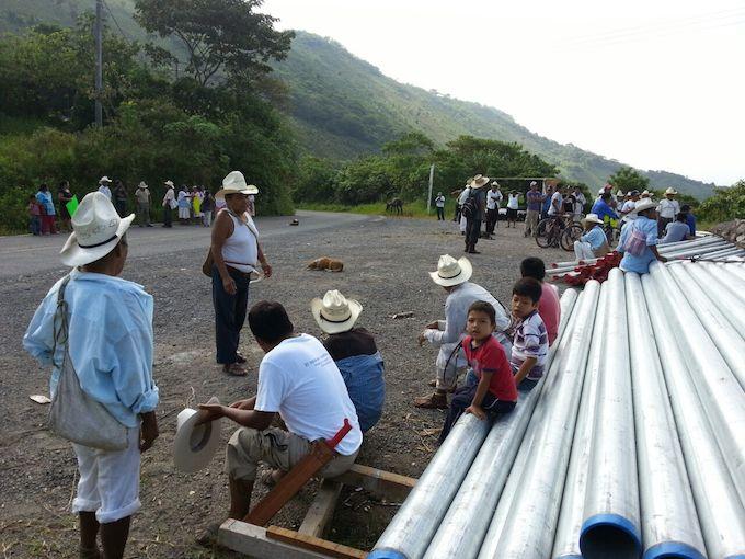 Totonakús toman oficinas municipales por red de agua en manantiales