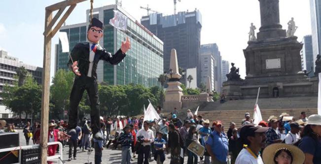 Campesinos 'cuelgan' piñata de Peña Nieto por recortes