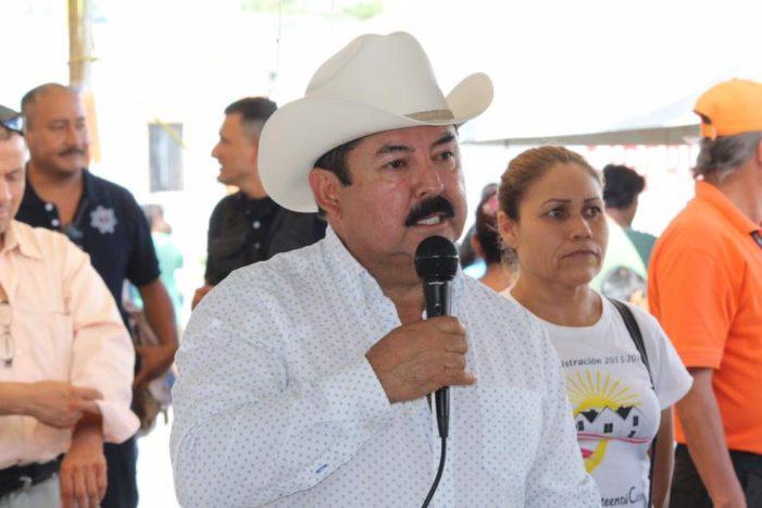 Alcalde de Nuevo León regala billetes de mil pesos