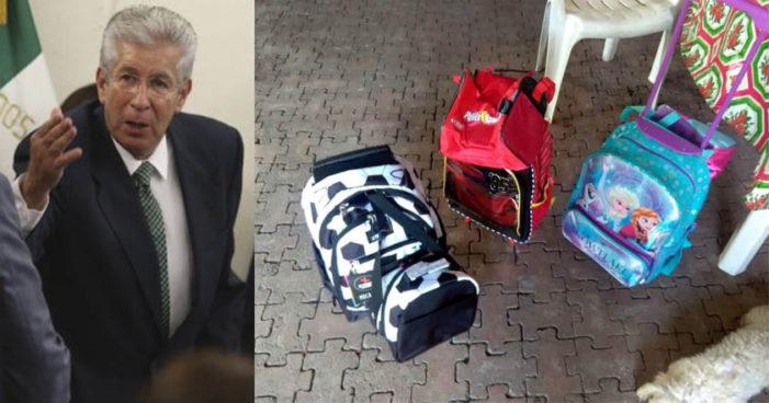Ruiz Esparza ofrece mochilas a familiares de víctimas del socavón