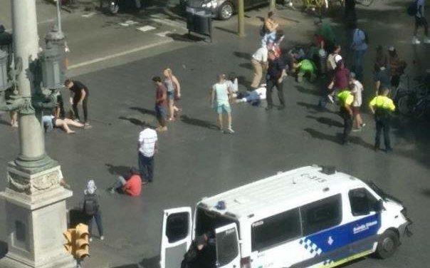 Un vehículo atropella a decenas de personas en el centro de Barcelona (VIDEO)