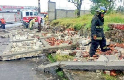 Lluvias provocan la muerte de una mujer; fue sepultada por una barda