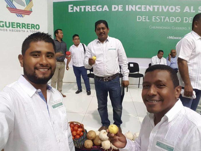 Gabiente de alcalde priista de Cuajinicuilapa recibe beneficios de proyectos productivos