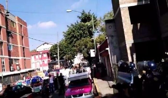 Desalojan a familias en Tepito (VIDEO)