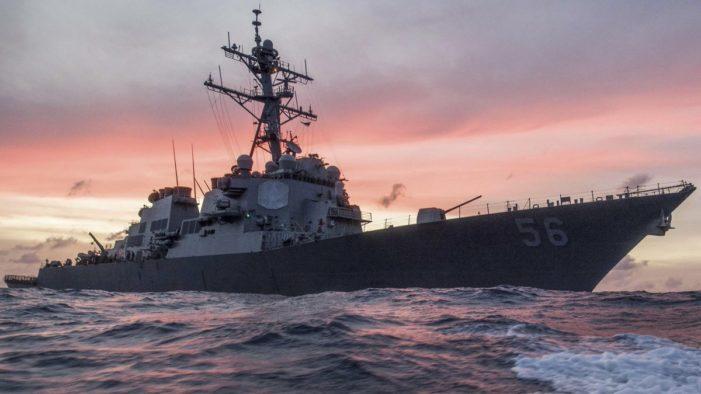Un destructor de misiles de EU choca con un buque mercante