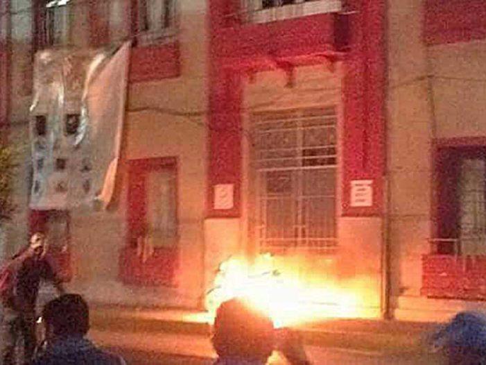 Para exigir seguridad, vecinos queman alcaldía en Hidalgo