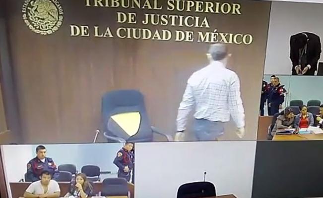 Juez de la CDMX rompe su silla porque no le gustó