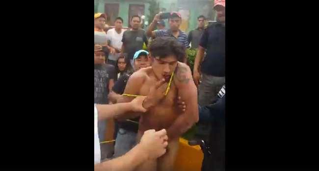 Desnudan e intentan linchar a presunto ladrón en Tlaxiaco, Oaxaca (VIDEO)