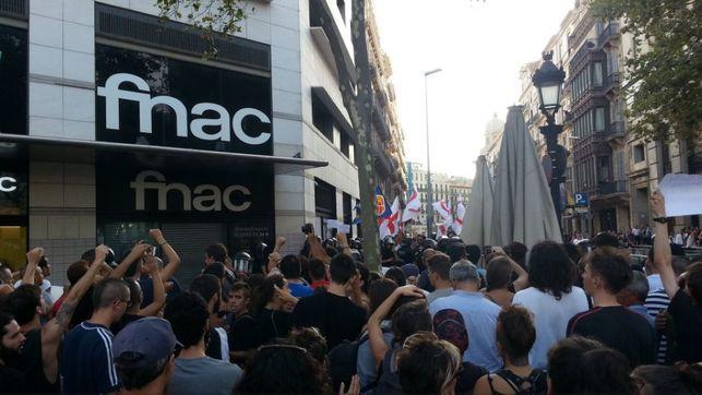 Vecinos de Barcelona expulsan protesta islamófoba de nazis en la Rambla