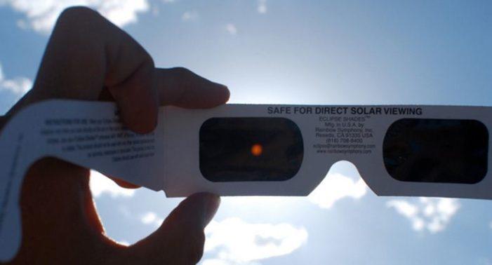 Los lentes especiales con los que puedes ver el eclipse, según la NASA