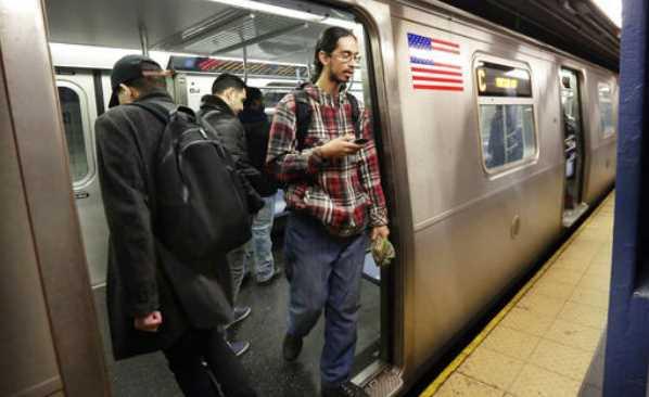 Avientan a una mujer a los rieles del metro en Nueva York