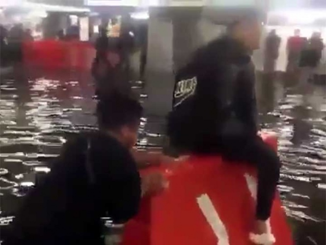 Niño aprovecha inundación en el metro y cobra 10 pesos por ayudar a atravesar (VIDEO)