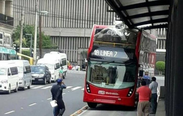 Estrenan Metrobús de dos pisos con choque; cada autobús costó 11 millones