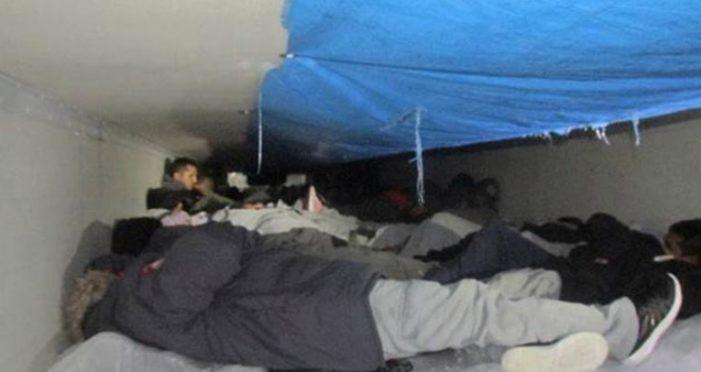 Rescatan a 60 inmigrantes encerrados en caja refrigerante de tráiler en Texas