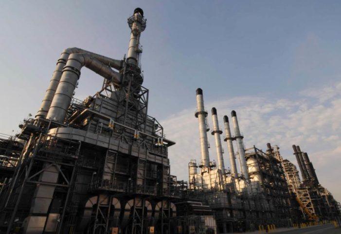Motiva, la refinería más grande de EU cierra por inundaciones causadas por Harvey