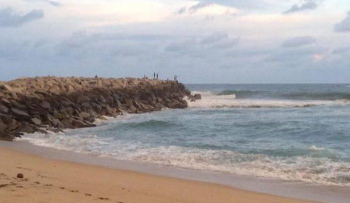 Mar arrastra a jóvenes en Oaxaca, localizan sólo un cuerpo