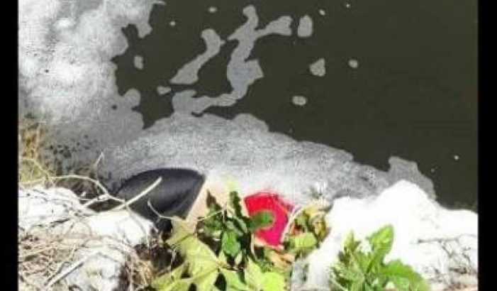 Hallan el cadáver de una mujer en canal de aguas de riego en Puebla