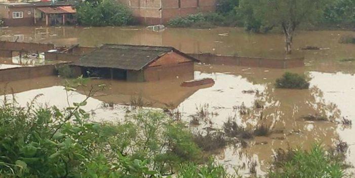 Se desborda río en Michoacán, hay un muerto 4 desaparecidos