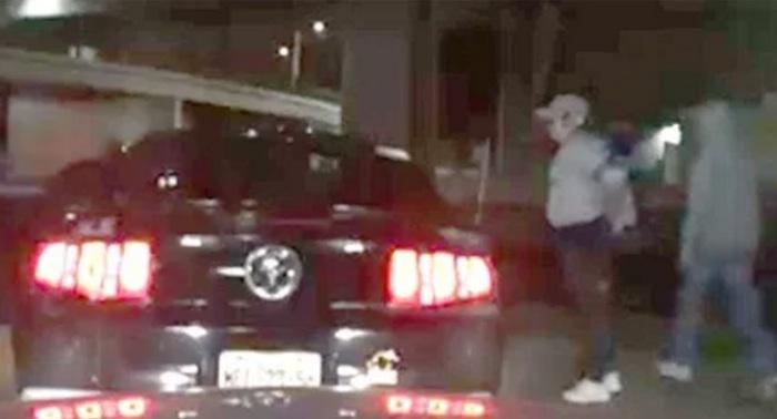 Captan robo de auto de lujo, asaltantes simularon tener armas de fuego
