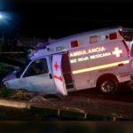 Ambulancia cae en socavón mientras transportaba a una mujer en labor de parto