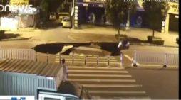 Motociclista no logra frenar y cae en socavón