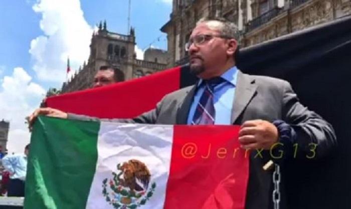 Taxista protesta con huelga de hambre contra Uber y Cabify; se encadena en el Zócalo