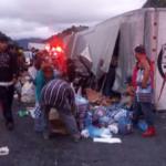 Camión que transportaba víveres para  los damnificados, se voltea y lo saquean