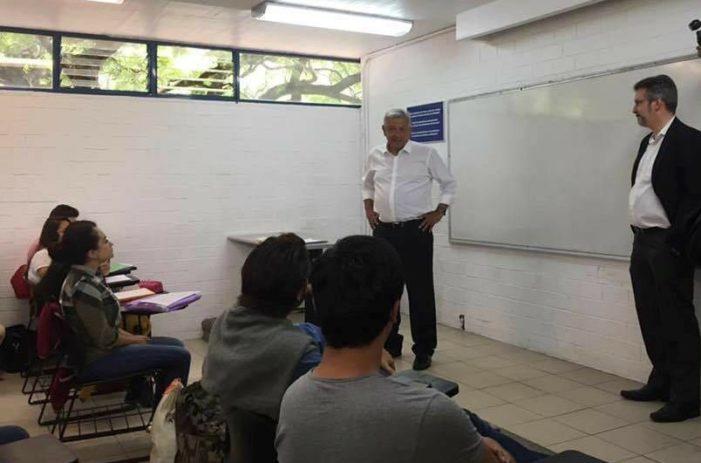 AMLO visita Facultad de Derecho-UNAM e imparte clase sobre la Constitución (video)