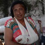 Cae barda sobre mujer por salvar a su hijo durante sismo (Video)