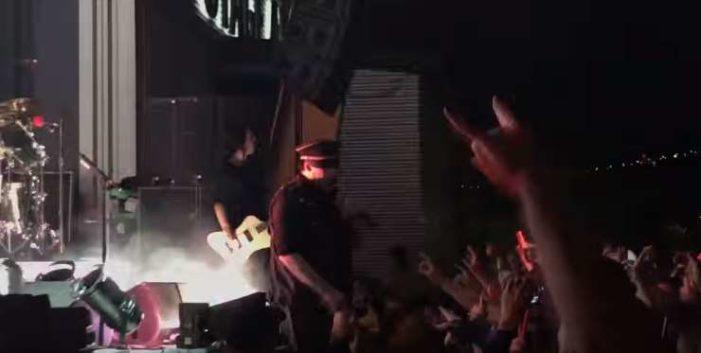 Marilyn Manson sufre caída en concierto y se rompe el tobillo (VIDEO)
