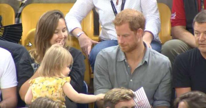 Una niña le 'roba' sus palomitas al príncipe Harry